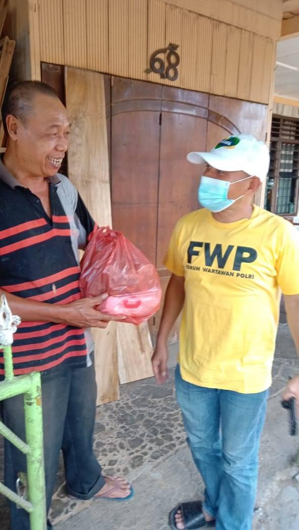 Peduli PPKM, FWP Bagi-bagi Sembako ke Bilal Mayit Door to Door