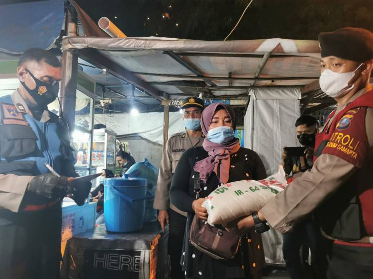 TNI Polri dan Satgas Covid-19 Patroli Skala Besar Bagikan Bansos