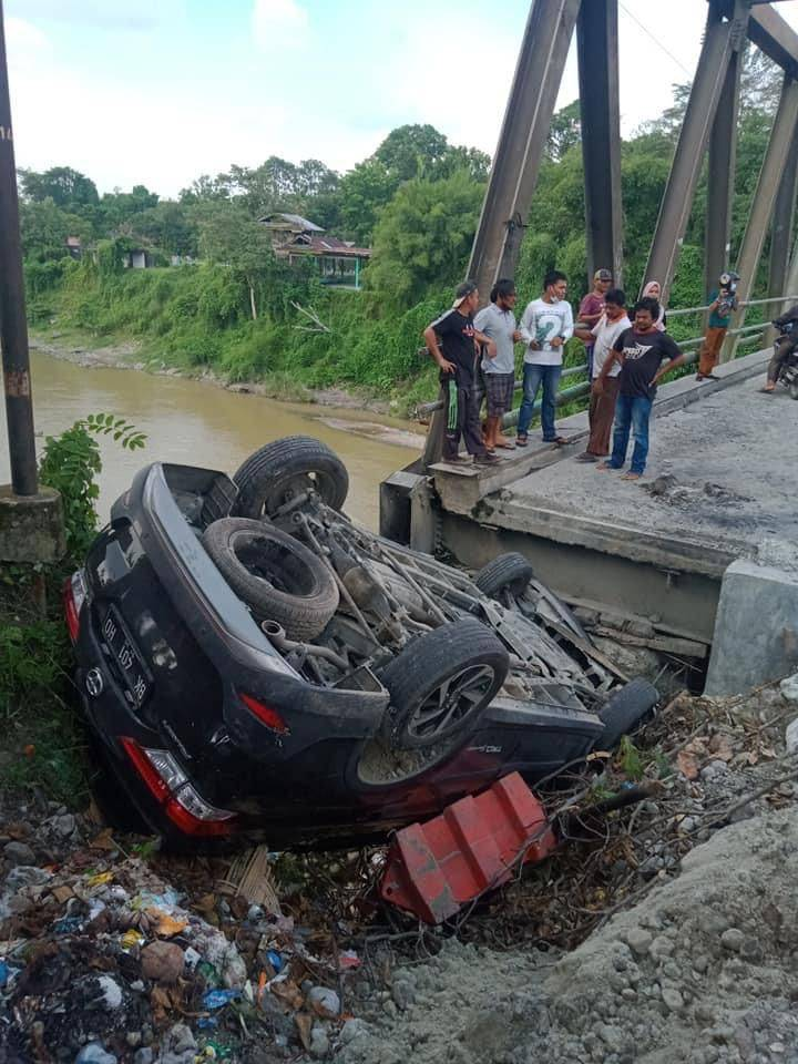 Mobil Terjungkal karena Jembatan Amblas di Tuntungan