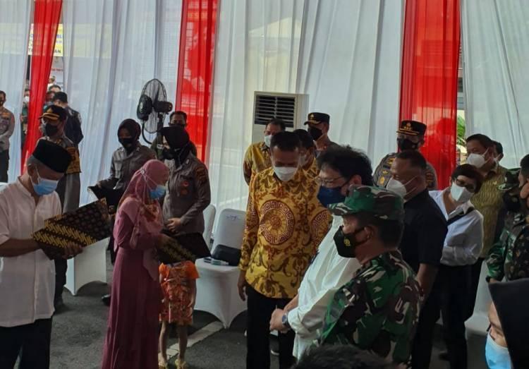 Menko Perekonomian Airlangga Hartarto Uji Coba Bantuan Rp1,2 Juta di Polrestabes Medan