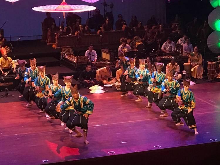 Pemuda Asing Melakukan Pentas Kebudayaan Indonesia